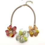 collar Montsi de flores de resina de colores
