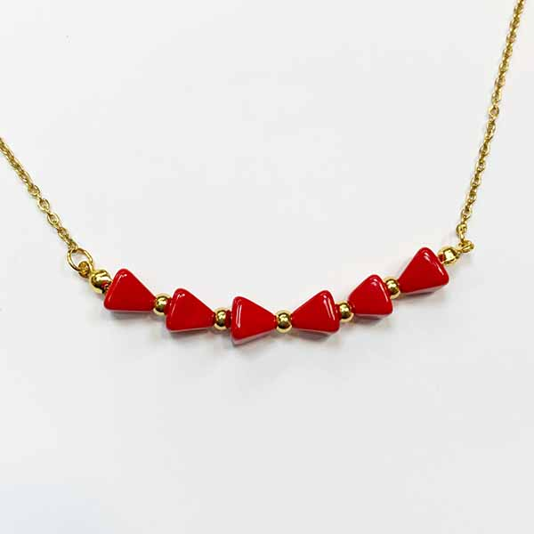 Collar trin en triangulos coral rojos y acero dorado